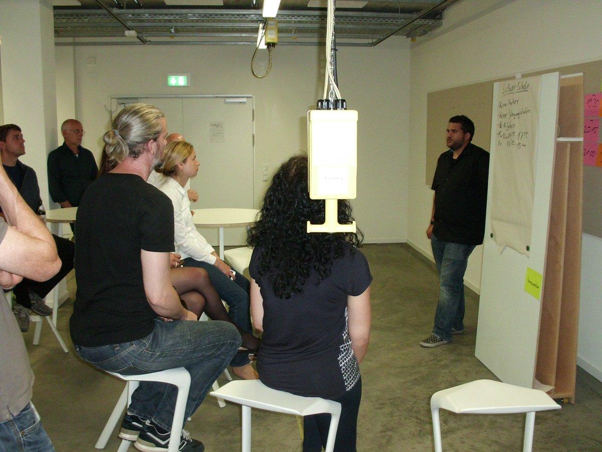 Patrick Ziegler hält einen Vortrag über die Sudbury Schule Kassel beim intrinsify meetup Kassel